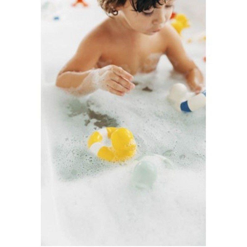 Niño bañándose con un patito