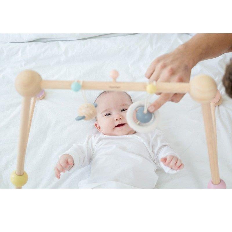 bebé jugando con su gimnasio de PlanToys