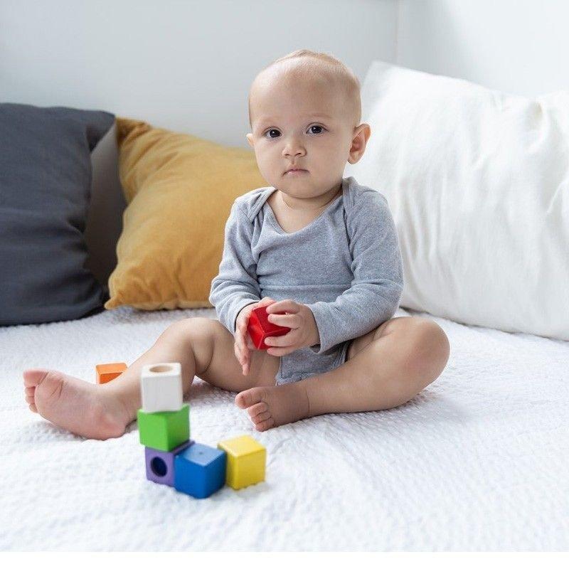 Bebé con juego sensorial