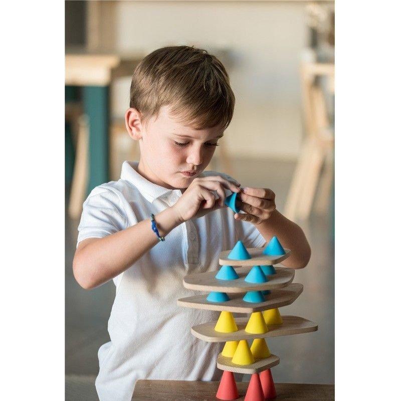 Niño construyendo una estructura creativa