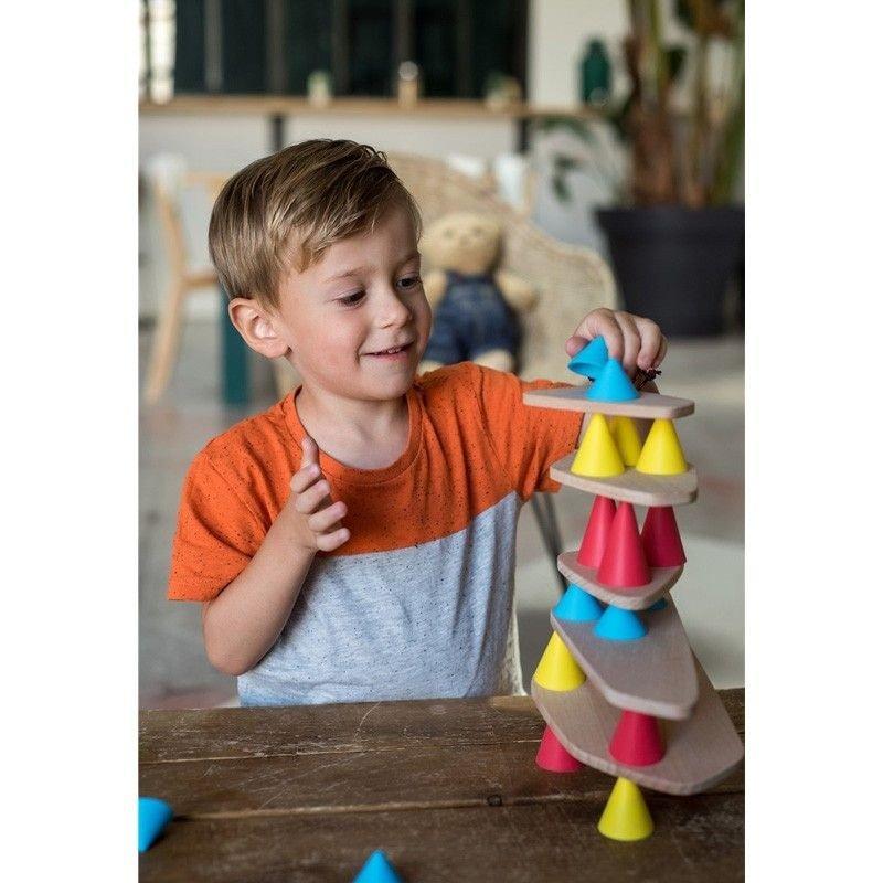 Niño rubio jugando con el kit Piks