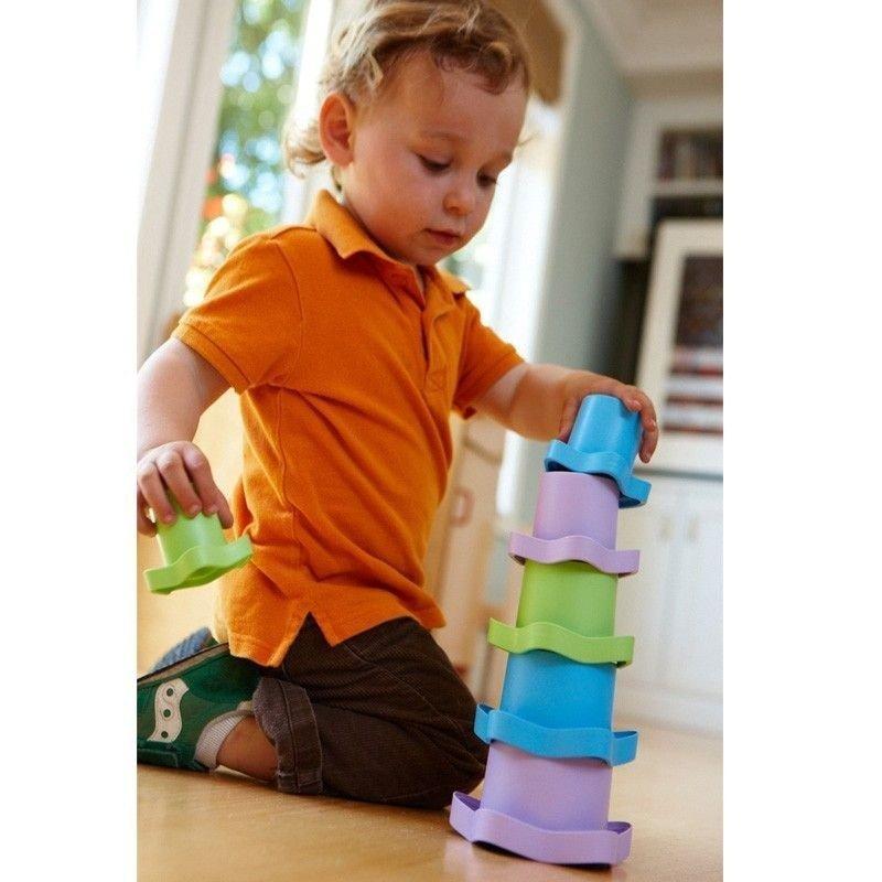 Niño juegando con los cubos de Greentoys