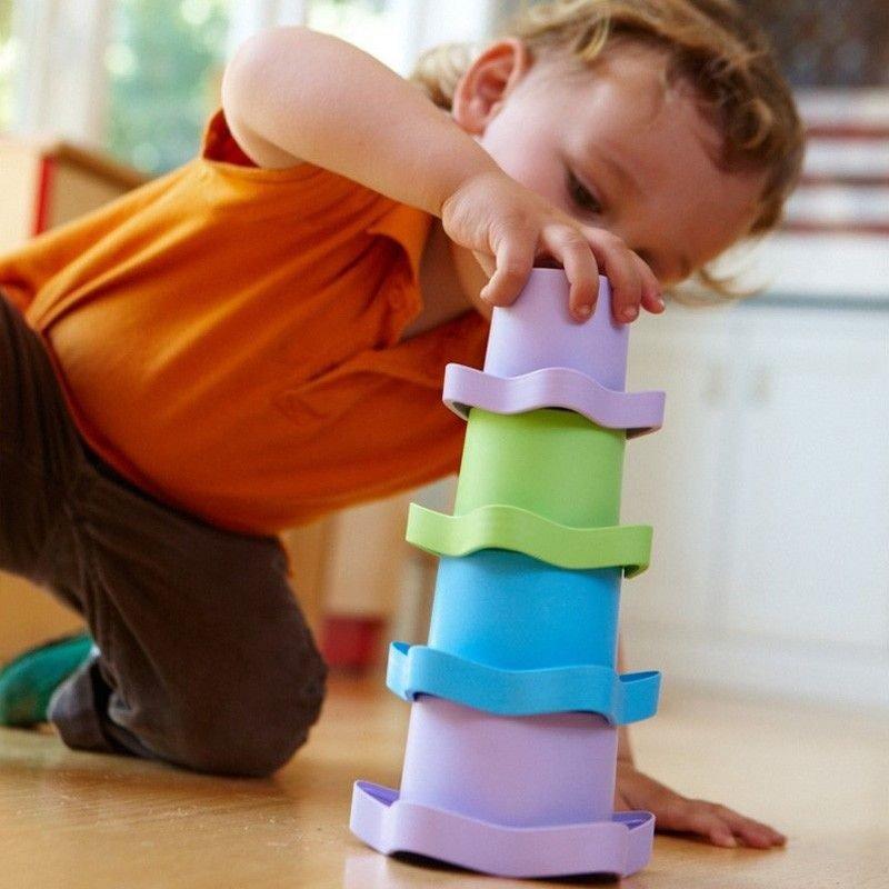 niño haciendo una torre