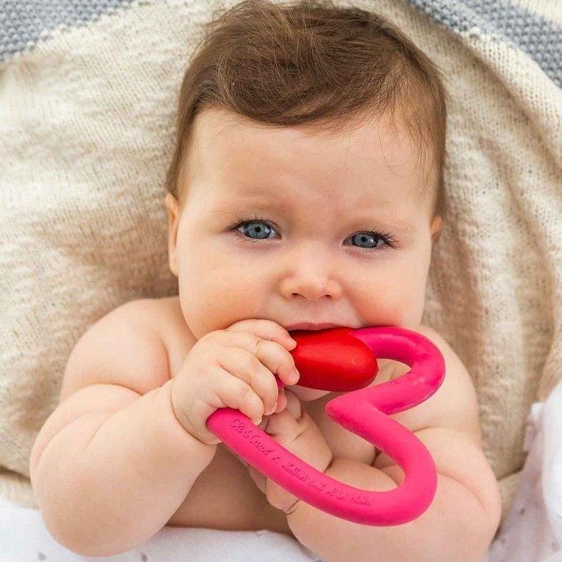 Bebé con mordedor de corazón