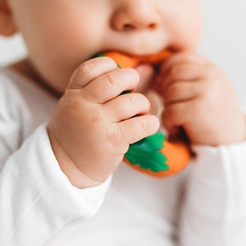 Bebé mordiendo zanahoria